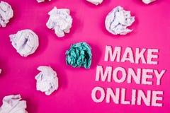 Η παρουσίαση σημαδιών κειμένων καθιστά τα χρήματα σε απευθείας σύνδεση Εννοιολογικό ρόδινο backg λέξεων κειμένων τεχνολογίας Ιστο Στοκ φωτογραφία με δικαίωμα ελεύθερης χρήσης