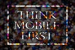 Η παρουσίαση σημαδιών κειμένων σκέφτεται η κινητή πρώτη εννοιολογική φωτογραφία φορητή επινοεί το στόχο μάρκετινγκ τα φορητά τηλέ στοκ εικόνες