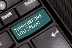 Η παρουσίαση σημαδιών κειμένων σκέφτεται προτού να μιλήσετε Η εννοιολογική φωτογραφία εξετάζει ότι τι πρόκειται να πείτε πριν από στοκ φωτογραφίες με δικαίωμα ελεύθερης χρήσης