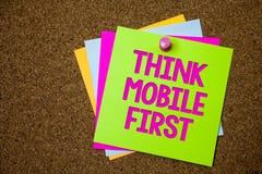 Η παρουσίαση σημαδιών κειμένων σκέφτεται ότι η κινητή πρώτη εννοιολογική φωτογραφία φορητή επινοεί τις φορητές τηλεφωνικές πρώτα  στοκ εικόνες
