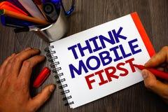 Η παρουσίαση σημαδιών κειμένων σκέφτεται ότι η κινητή πρώτη εννοιολογική φωτογραφία φορητή επινοεί το φορητό σημειωματάριο μ τηλε στοκ εικόνα