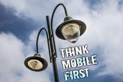 Η παρουσίαση σημαδιών κειμένων σκέφτεται ότι η κινητή πρώτη εννοιολογική φωτογραφία φορητή επινοεί τα φορητά τηλέφωνα το πρώτα δι στοκ εικόνες με δικαίωμα ελεύθερης χρήσης