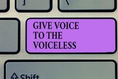 Η παρουσίαση σημειώσεων γραψίματος δίνει τη φωνή στον άφωνο Η επίδειξη επιχειρησιακών φωτογραφιών μιλά έξω εκ μέρους υπερασπίζει  στοκ εικόνα με δικαίωμα ελεύθερης χρήσης