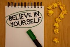 Η παρουσίαση σημειώσεων γραψίματος πιστεύει σε σας Σημειωματάριο ρ πεποίθησης πίστης εμπιστοσύνης θάρρους θετικής σκέψης προσδιορ στοκ εικόνες