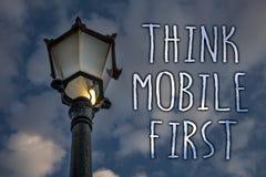 Η παρουσίαση σημειώσεων γραψίματος σκέφτεται ότι η κινητή πρώτη επίδειξη επιχειρησιακών φωτογραφιών φορητή επινοεί το φορητό τηλε στοκ εικόνα με δικαίωμα ελεύθερης χρήσης