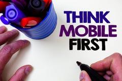 Η παρουσίαση σημειώσεων γραψίματος σκέφτεται ότι η κινητή πρώτη επίδειξη επιχειρησιακών φωτογραφιών φορητή επινοεί τα φορητά τηλέ στοκ φωτογραφία με δικαίωμα ελεύθερης χρήσης