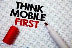 Η παρουσίαση σημειώσεων γραψίματος σκέφτεται ότι η κινητή πρώτη επίδειξη επιχειρησιακών φωτογραφιών φορητή επινοεί τη φορητή τηλε στοκ φωτογραφία με δικαίωμα ελεύθερης χρήσης