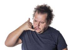 Η παχιά όμορφη παρουσίαση τύπων με καλεί σημάδι Άτομο στο περιστασιακό κρατώντας χέρι στο αυτί και τη μίμηση της τηλεφωνικής συζή στοκ εικόνες