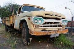 Η παλαιά εγκαταλειμμένη κίτρινη Ford Στοκ Εικόνες