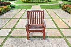 Η παλαιά κόκκινη καφετιά ξύλινη καρέκλα στοκ φωτογραφία