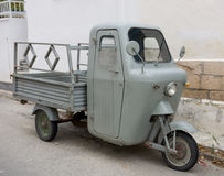 Η παλαιά μοτοσικλέτα στο νησί Aegina Στοκ Εικόνες