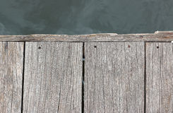 Η παλαιά ξύλινη αποβάθρα στην όχθη ποταμού είναι ενεργός Στοκ Εικόνες