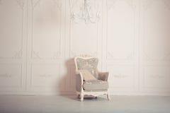 η παλαιά πολυθρόνα χάρασε την εσωτερική πολυτέλεια Στοκ Φωτογραφίες
