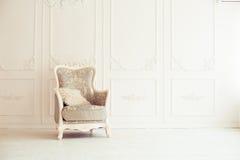 η παλαιά πολυθρόνα χάρασε την εσωτερική πολυτέλεια Στοκ φωτογραφίες με δικαίωμα ελεύθερης χρήσης