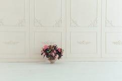 η παλαιά πολυθρόνα χάρασε την εσωτερική πολυτέλεια Στοκ Φωτογραφία