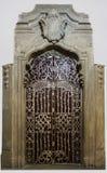 Η παλαιά πόρτα μετάλλων καθιερώνεται σε έναν τοίχο ψαμμίτη, υπέροχα επεξεργασμένο στην παλαιά πόλη της Πράγας στοκ εικόνες με δικαίωμα ελεύθερης χρήσης