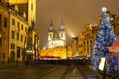 Η παλαιά πλατεία της πόλης στην Πράγα στη χειμερινή νύχτα Στοκ Εικόνα