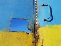 Η παλαιά σκουριασμένη πόρτα, που διακοσμείται στα χρώματα της ουκρανικής σημαίας: μπλε τοπ και κίτρινος από κάτω από, στη μέση τη Στοκ Φωτογραφίες