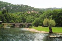 Η παλαιά σχηματισμένη αψίδα γέφυρα πετρών του Rijeka Crnojevica στοκ εικόνα με δικαίωμα ελεύθερης χρήσης