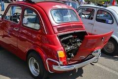 Η παλαιά Φίατ 500 αυτοκίνητο οπίσθιο παρουσιάζοντας τη μηχανή Στοκ φωτογραφίες με δικαίωμα ελεύθερης χρήσης