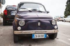 Η παλαιά Φίατ Nuova 500 αυτοκίνητο πόλεων, κινηματογράφηση σε πρώτο πλάνο Στοκ φωτογραφία με δικαίωμα ελεύθερης χρήσης