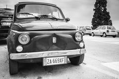 Η παλαιά Φίατ Nuova 500 αυτοκίνητο πόλεων, μονοχρωματικό Στοκ Εικόνες