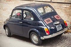 Η παλαιά Φίατ Nuova 500 αυτοκίνητο πόλεων, οπισθοσκόπο Στοκ φωτογραφία με δικαίωμα ελεύθερης χρήσης