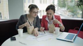 Η πεινασμένη επιχειρηματίας δύο αποφασίζει να φάει να μην ανατρέξει από την εργασία του Επιχειρησιακό μεσημεριανό γεύμα εργαζόμεν απόθεμα βίντεο