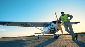 Η πειραματική τοποθέτηση κοντά στο αεροπλάνο του, κλείνει επάνω απόθεμα βίντεο