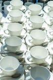 Η περίληψη θόλωσε πολλές σειρές των φλυτζανιών τσαγιού καφέ με το διανομέα καφέ Στοκ φωτογραφίες με δικαίωμα ελεύθερης χρήσης