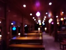 Η περίληψη θόλωσε τη νύχτα το ταϊλανδικό ξύλινο υπόβαθρο εστιατορίων Στοκ Εικόνες