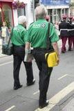 Η περίπολος πρώτων βοηθειών ακολουθεί τους βαδίζοντας στρατιώτες Στοκ φωτογραφία με δικαίωμα ελεύθερης χρήσης
