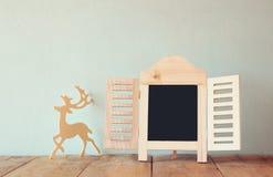 Η περίληψη φιλτράρισε τη φωτογραφία του διακοσμητικού πλαισίου πινάκων κιμωλίας και των ξύλινων ελαφιών πέρα από τον ξύλινο πίνακ Στοκ φωτογραφία με δικαίωμα ελεύθερης χρήσης