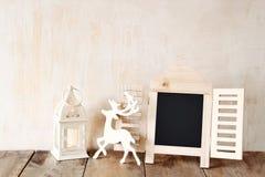 Η περίληψη φιλτράρισε τη φωτογραφία του διακοσμητικού πλαισίου πινάκων κιμωλίας και των ξύλινων ελαφιών πέρα από τον ξύλινο πίνακ Στοκ Φωτογραφίες