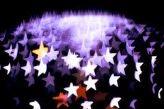 Η περίληψη bokeh και το σχέδιο φλογών φακών στη μορφή αστεριών με το εκλεκτής ποιότητας φίλτρο θόλωσαν το υπόβαθρο Στοκ Φωτογραφία