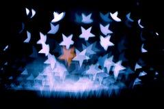 Η περίληψη bokeh και το σχέδιο φλογών φακών στη μορφή αστεριών με το εκλεκτής ποιότητας φίλτρο θόλωσαν το υπόβαθρο Στοκ Εικόνες