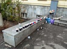Η περιβαλλοντική μόλυνση από την έννοια τουριστών - το πρόβλημα των πόλεων τουριστών - απορρίμματα έφυγε στις οδούς Στοκ Φωτογραφία