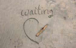 Η περιμένοντας λέξη στην άμμο από την παραλία στοκ φωτογραφία με δικαίωμα ελεύθερης χρήσης