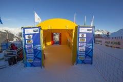 Η περιοχή έναρξης κατά τη διάρκεια των ατόμων Ita παγκόσμιων σκι συναγωνίζεται προς τα κάτω Στοκ εικόνα με δικαίωμα ελεύθερης χρήσης