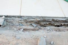 Η περιοχή γύρω από το σπίτι κατέρρευσε, αποφλοίωση χρωμάτων από τον τοίχο Στοκ φωτογραφίες με δικαίωμα ελεύθερης χρήσης
