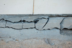 Η περιοχή γύρω από το σπίτι κατέρρευσε, αποφλοίωση χρωμάτων από τον τοίχο Στοκ Φωτογραφία
