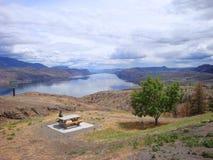 Η περιοχή πικ-νίκ στο εσωτερικό Βρετανικής Κολομβίας έχει το θεαματικό υπόβαθρο Στοκ εικόνα με δικαίωμα ελεύθερης χρήσης