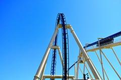 Η περιπέτεια αρχίζει με την ήρεμη ανάβαση, κατόπιν οι άνθρωποι θα απολαύσουν το γύρο υψηλής ταχύτητας Rollercoaster στοκ εικόνες