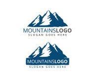 η περιπέτεια βουνών είναι εκεί έξω διανυσματικό σχέδιο σημαδιών απεικόνιση αποθεμάτων