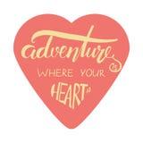 Η περιπέτεια είναι όπου η καρδιά σας είναι Σύγχρονο σχέδιο εγγραφής χεριών Στοκ Εικόνες