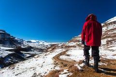 Η περιπέτεια οδοιπόρων χιονιού βουνών εξερευνά Στοκ Φωτογραφία