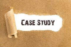 Η περιπτωσιολογική μελέτη κειμένων που εμφανίζεται πίσω από το σχισμένο καφετί έγγραφο Στοκ φωτογραφία με δικαίωμα ελεύθερης χρήσης