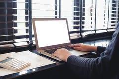 Η περιστασιακή επιχειρησιακή γυναίκα εργάζεται on-line στο lap-top που δίνουν στο Κ Στοκ Εικόνες