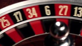 Η περιστροφή ρουλετών, άσπρο κύπελλο, κλείνει επάνω, 31, μαύρα απόθεμα βίντεο