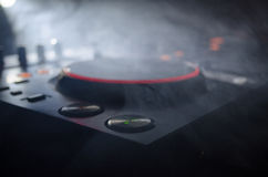Η περιστροφή του DJ, η μίξη, και το γρατσούνισμα σε μια λέσχη νύχτας, χέρια των διάφορων ελέγχων διαδρομής τσιμπημάτων του DJ στη Στοκ εικόνα με δικαίωμα ελεύθερης χρήσης